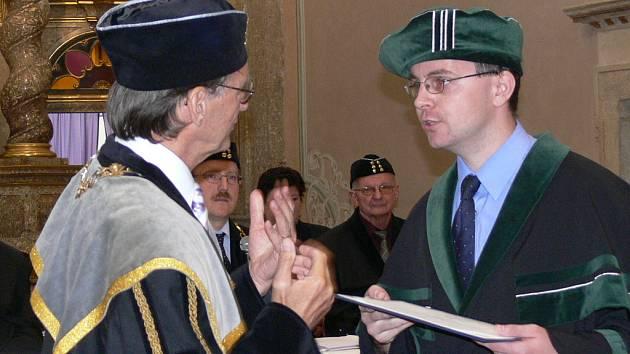Diplomy předával absolventům osobně děkan strojní fakulty Petr Horyl.