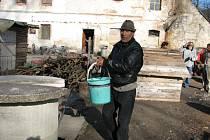 Jako ve středověku žije vlastní vinou několik romských rodin v Kobylé. Jan Goga stojí u studny, kterou si sami zasypali odpadem. Pro vodu chodí do potoka.