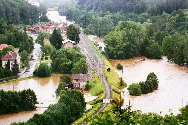 ROK 1997. Zatopené nádraží v Rudě a železniční most při povodních před deseti lety.