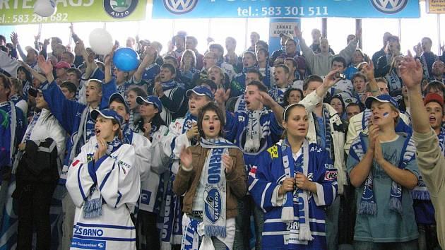 Fanoušci brněnské Komety během sobotního utkání v Šumperku.