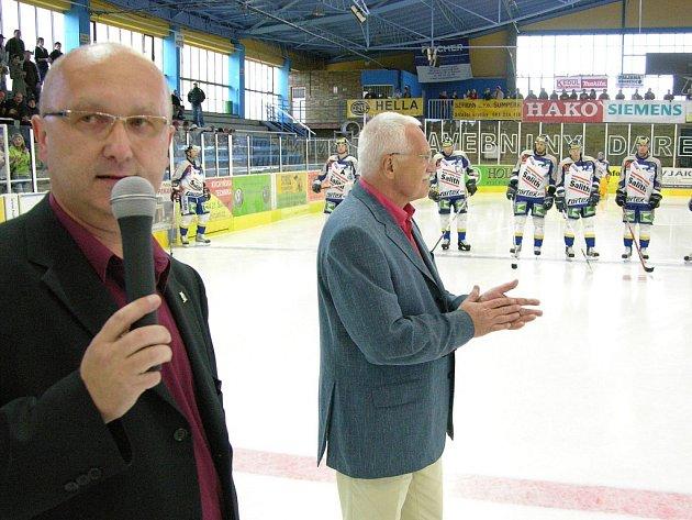 Dva prezidenti. Vpravo prezident České republiky Václav Klaus. Vedle něj prezident hokejových Draků Vladimír Velčovský.
