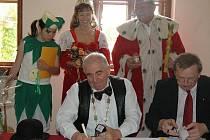 Starosta Loštic Ctirad Lolek (vlevo) a hejtman kraje Martin Tesařík při podpisu smlouvy