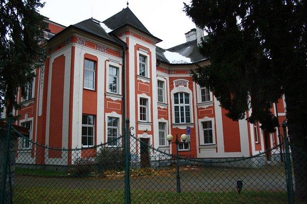 Regenhartovu vilu v Jeseníku se neúspěšně pokouší prodat její majitel, Všeobecná zdravotní pojišťovna.