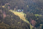 Rozhledna Stříbrná Twiggy mezi Hynčicemi pod Sušinou a Stříbrnicemi na Šumpersku. Pohled na chatu Návrší nad Stříbrnicemi.