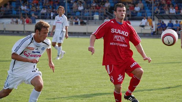 Fotbalista Sulka (červený dres) na ilustračním snímku.