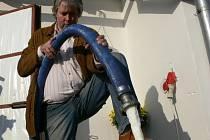 Tisíc litrů čerstvě nadojeného mléka na farmě Martina Zbořila ve Veleboři skončilo v úterý 11. listopadu v jímce.