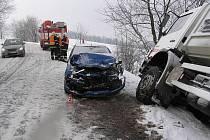 Dvě auta havarovala 28. prosince dopoledne na zasněžené vozovce mezi Bratrušovem a Kopřivnou