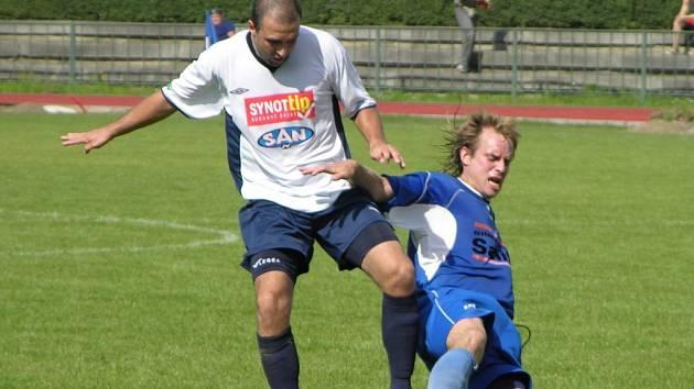 Martin Málko (bílý dres) skóroval dvakrát a přispěl k vysoké výhře Šumperka.