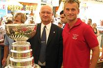 Jakub Kindl pózuje se Stanley Cupem, vedle něj je prezident Draků Vladimír Velčovský.