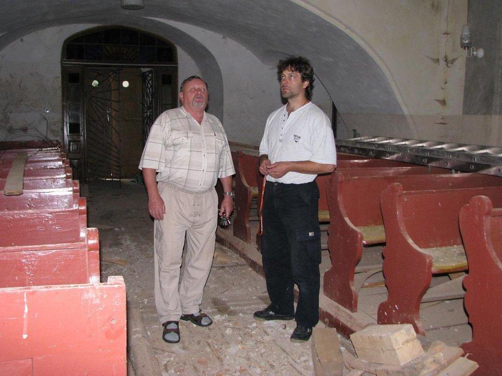 Interiér kostelu v Pobučí. Mše se zde sloužit nedají.