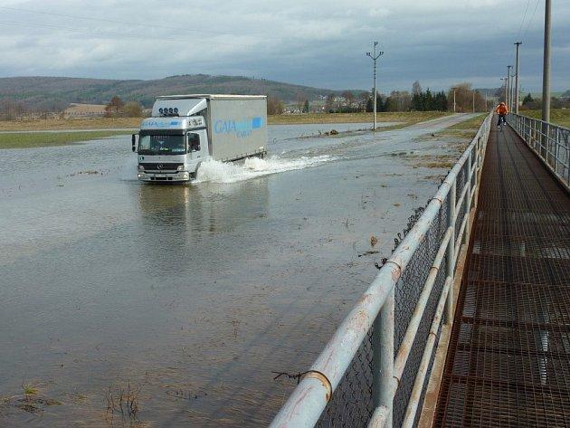 Tento obrázek silnice mezi Lukavicí a Bohuslavicemi se každoročně opakuje nejen při jarním tání