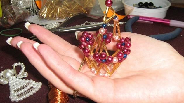 Nápady na nové podoby vánočních ozdob se rodí v hlavě Ivy Stabrabové. V současné době již Orfideus vyrábí na tři desítky druhů ozdob.