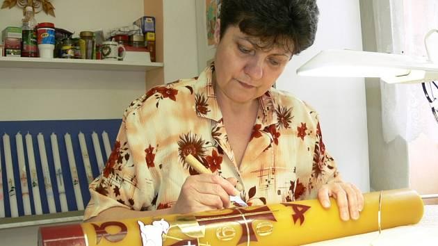 Zdeňka Sowová z dílny v Paloníně zdobí velikonoční paškál