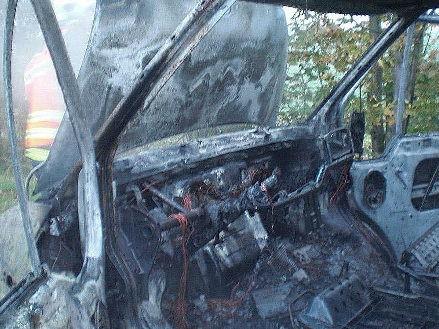 Snímky z požáru dodávky u Mohelnice