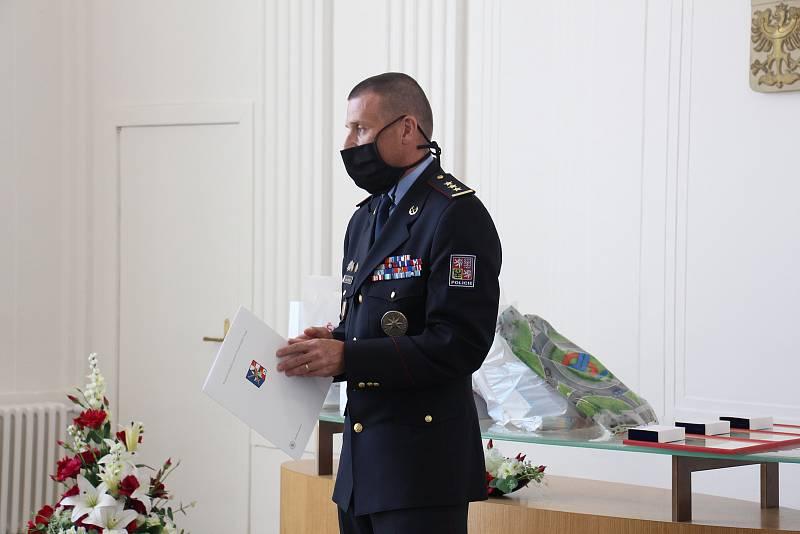 Domovník Daniel Spěváček a policisté Michal Cikryt a David Urban byli oceněni za záchranu života seniorky při požáru panelového domu zvaného Hokejka v Šumperku.