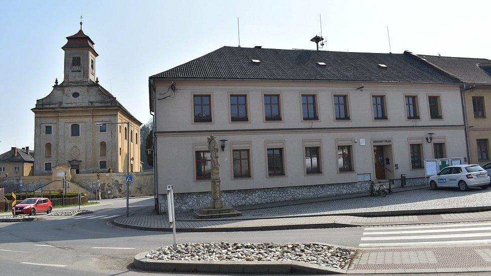Město Úsov -  městský úřad a kostel.