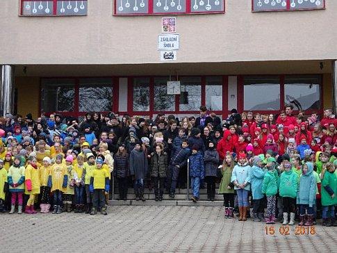 Školáci v Zábřehu vytvořili živé olympijské kruhy.