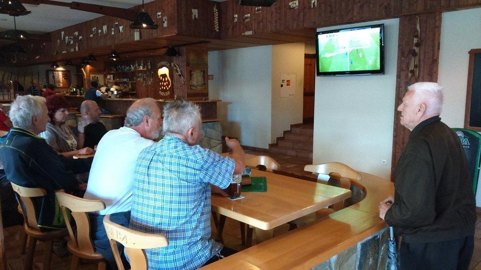 Fanoušci fotbalu v Šumperku sledují přímý přenos fotbalového zápasu Čechů s Chorvaty