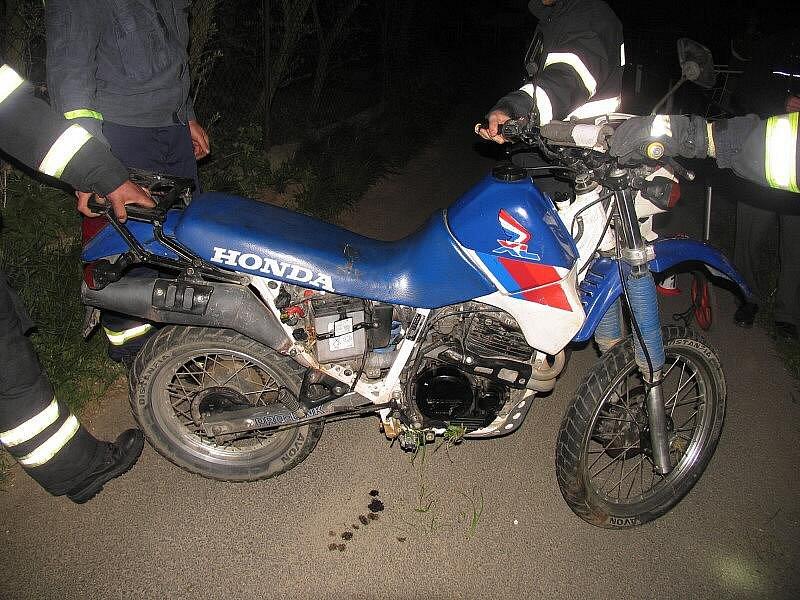 Motocykl dvaadvacetiletého motorkáře po nehodě v Libině