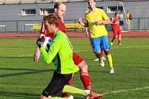 Martin Balah zasahuje. Fotbalisté Šumperku (ve žluté) proti Polomi