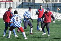 Utkání Lesnice - Nový Malín 1:2. Hráči Lesnice nastoupili v červených dresech.