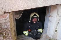 Třiatřicet hasičů zasahovalo v úterý 1. září v Polici, kde hořelo uhlí uskladněné ve sklepě bývalé prodejny Jednota. Hasiči museli všech deset tun uhlí vynosit ven.