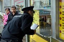 Kontrola Policie ČR rozlévaného tvrdého alkoholu na stánku v Olomouci.