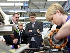 Ředitel mohelnického Siemensu Pavel Pěnička, ředitel divize digitální továrny Wolfgang Weissler a německý velvyslanec Arndt Freytag von Loringhoven (zleva) při prohlídce ruční navijárny.