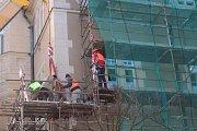 Stěhování soch z budovy šumperské radnice.