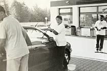 Skauti myjí auta v rámci dobročinné sbírky Kapky naděje