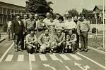 KDO SI HRAJE, NEZLOBÍ. Kolektiv haly 4 – svařovna vroce 1982 při předávání dopravního hřiště dětem základní školy vČeské Vsi.