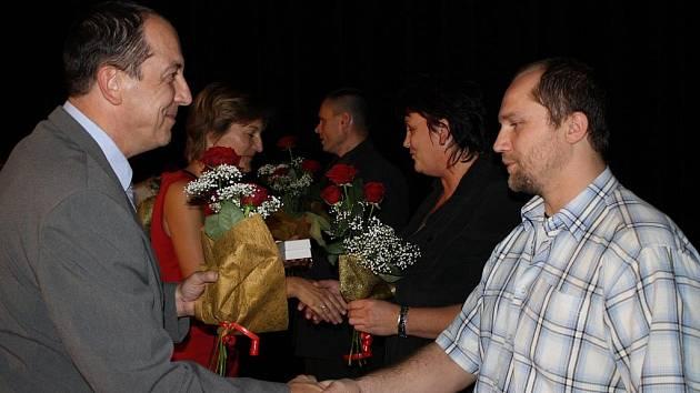 Zlaté a stříbrné plakety předávali v pondělí 24. října v šumperském divadle jubilejním dárcům krve starosta města Zdeněk Brož