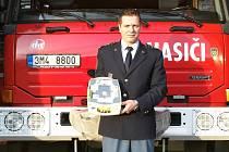 Jeseničtí profesionální hasiči mají nový defibrilátor