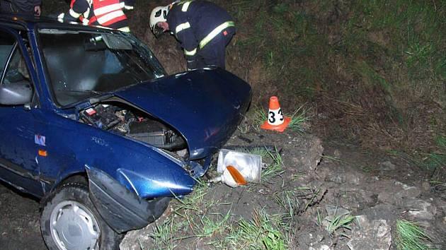 Těžkým zraněním řidičky skončila tato nehoda v Libině