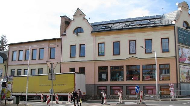 Nový přechod přes frekventovanou Havlíčkovu ulici v centru Zábřehu u staré pošty je bezbariérový, má středový dělící ostrůvek a je i osvětlený.