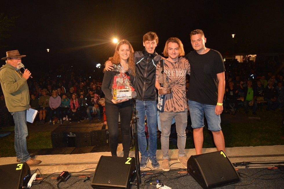 """Konferenciér Josef """"Mlok"""" Grim vyhlašuje vítěze Ceny Nadace ČEZ, mohelnickou kapelu Vodníci"""