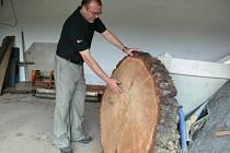 Dřevěný kruh čeká na konečné opracování v garáži radnice.