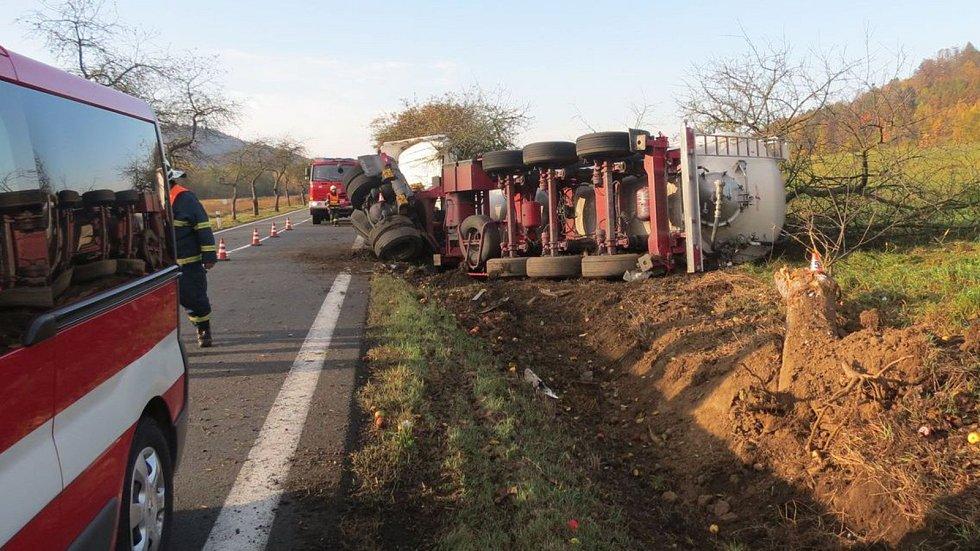 Nehoda nákladního vozu zablokovala 21. října na celý den hlavní tah mezi Velkými Losinami a Loučnou nad Desnou.