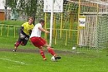 Hráč Ústí právě netrefuje opuštěnou leštinskou bránu (snímek z videozáznamu)