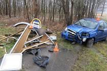 Třiačtyřicetiletá řidička chevroletu na bourala v sobotu 14. března do autobusové zastávky v osadě Sedm lánů u Skorošic a zcela ji zdemolovala.