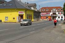 Připravovaný projekt revitalizace centra Postřelmova měl vyřešit několik problémových míst, jako jsou například autobusové zastávky. Počítá také s novými chodníky a parkovacími místy nebo zúžením silnice.