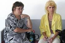 Věra Zábojníková (vlevo) u olomouckého soudu