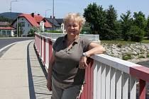 Bývalá přednostka okresního úřadu Jeseník Milena Novotná na novém mostě přes řeku Bělou na hranici České Vsi a Jeseníku. Právě Bělá napáchala v roce 1997 na Jesenicku nejvíce škod, zničila i most na tomto místě.