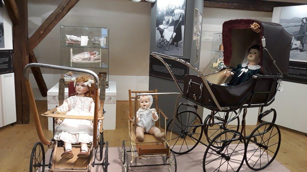 Výstava historických kočárků v Muzeum silnic ve Vikýřovicích.