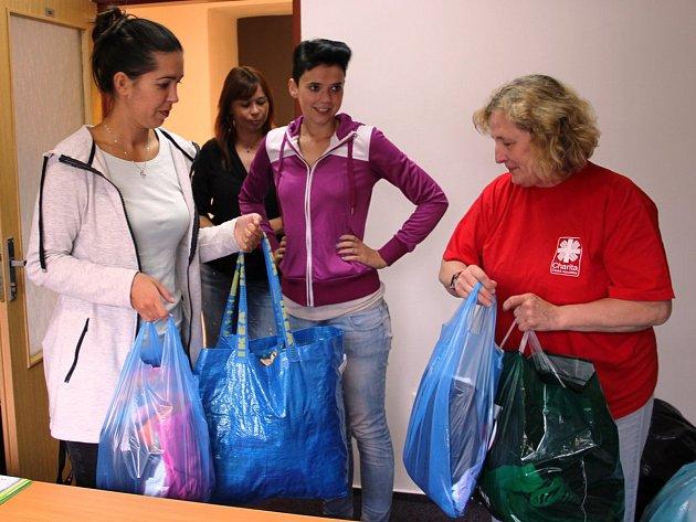 Pracovnice call centra ČEZ Distribuce v Zábřehu a jejich kolegové věnovali pro charitativní účely čtvrt tuny oděvů, bot a hraček.