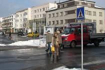 Po přechodu u gymnázia v Zábřehu denně projdou spousty lidíí. Vedle studentů to jsou i chodci mířící z centra města na vlakové nádraží nebo na Skaličku. Policie navrhla přechod zrušit, protože neodpovídá normám.
