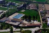 Letecký snímek nabízí pohled z ptačí perspektivy na plavecký areál v Zábřehu.