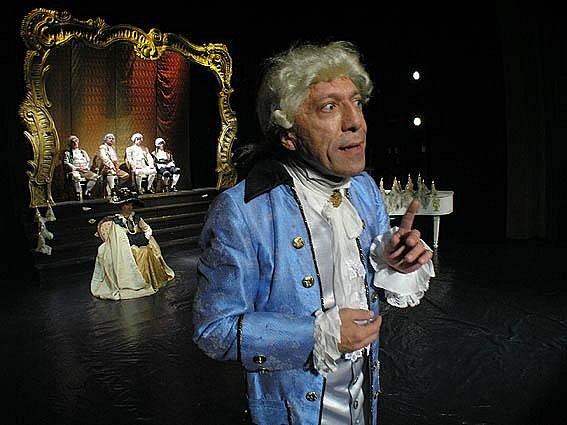 Petr Komínek jako Salieri v inscenaci hry Amadeus.