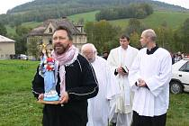 Novou plastiku Panny Marie nesl v průvodu z kostela k opravené kapličce děkan Milan Palkovič