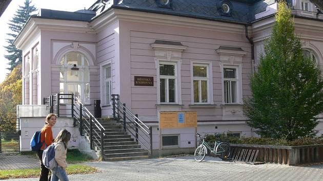 Šumperská knihovna nutně potřebuje nové prostory. Ty mají vzniknout přístavbou v dosud nevyužívané zahradě.